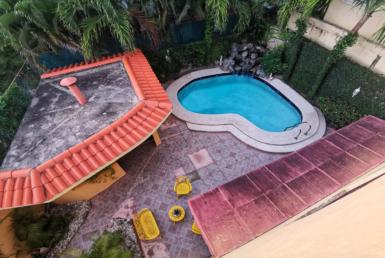 Casa con piscina en corales del sur